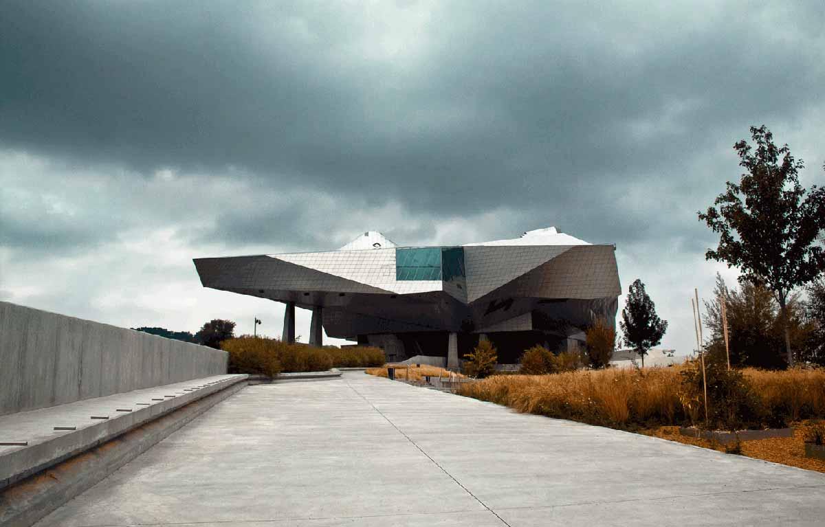 Paysage urbain et moderne du musée des confluences à lyon sous un ciel nuageux © Kevin Amiel