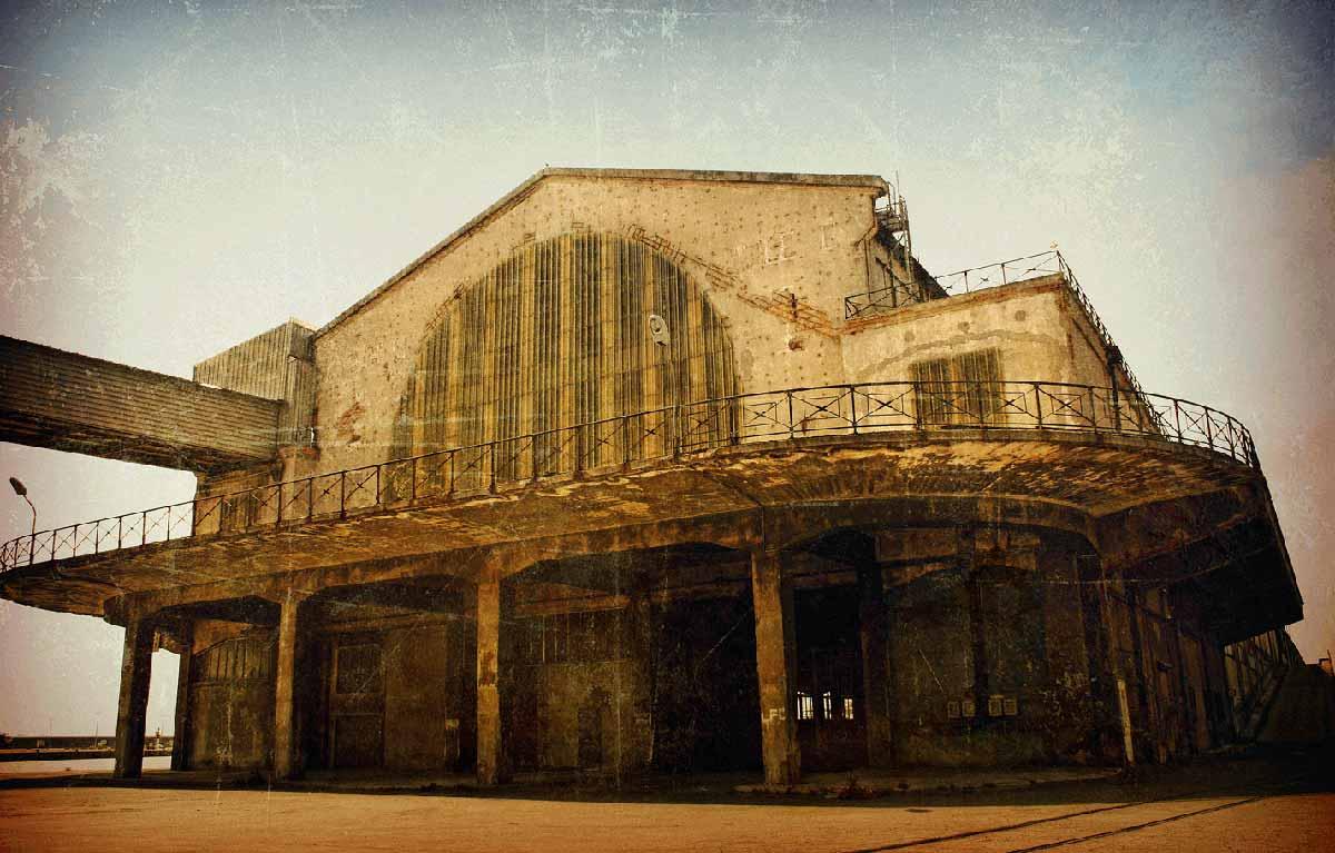 Paysage urbain d'un ancien batiment sur le port de marseille © Kevin Amiel
