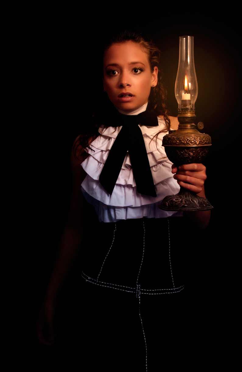 Jeune fille en clair-obscur habillée par Célia Bouillon © Kevin Amiel