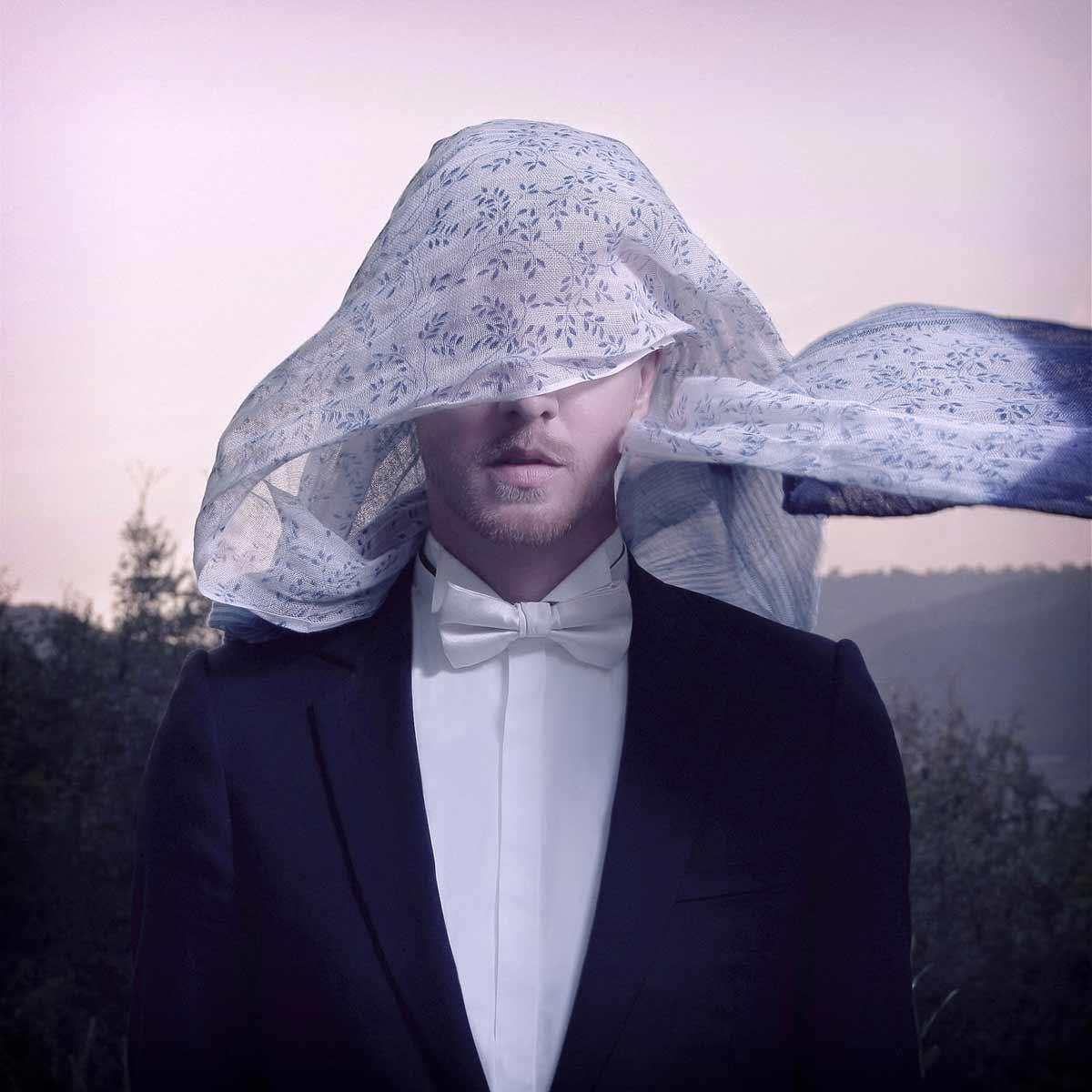 Thierry Amiel masqué d'un foulard inspiré des oeuvres de Magritte © Kevin Amiel