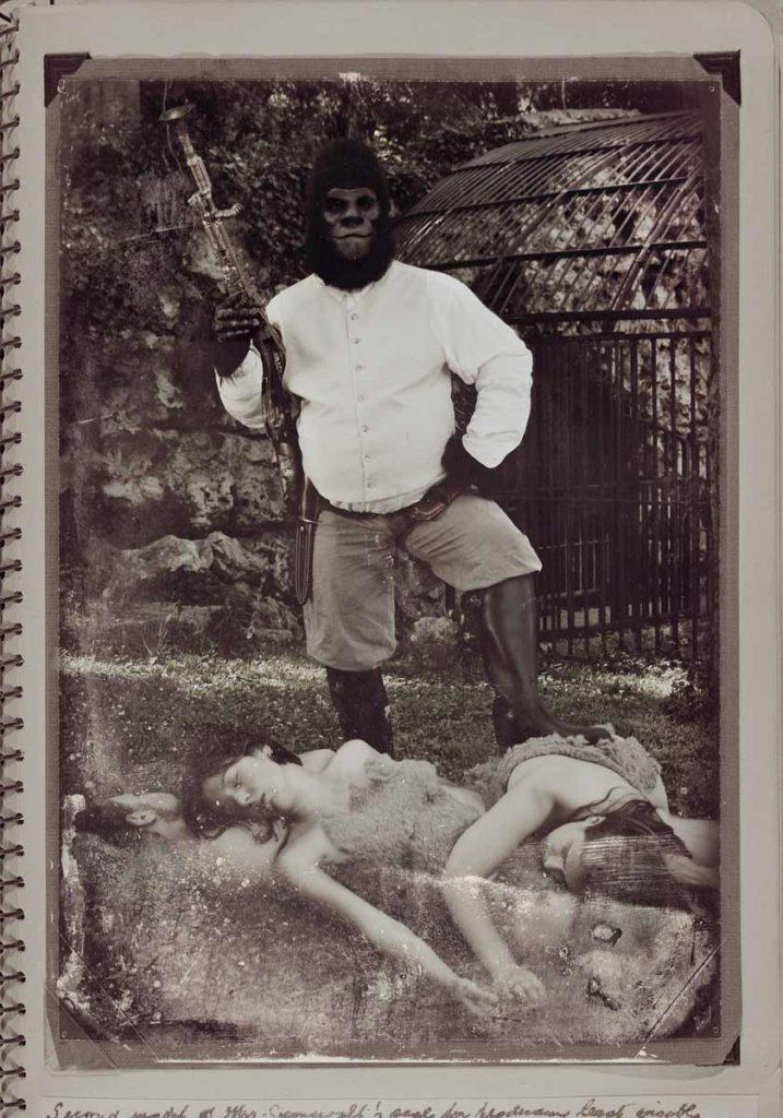 Portrait de chasse, d'un gorille posant fièrement devant ses proies humaines