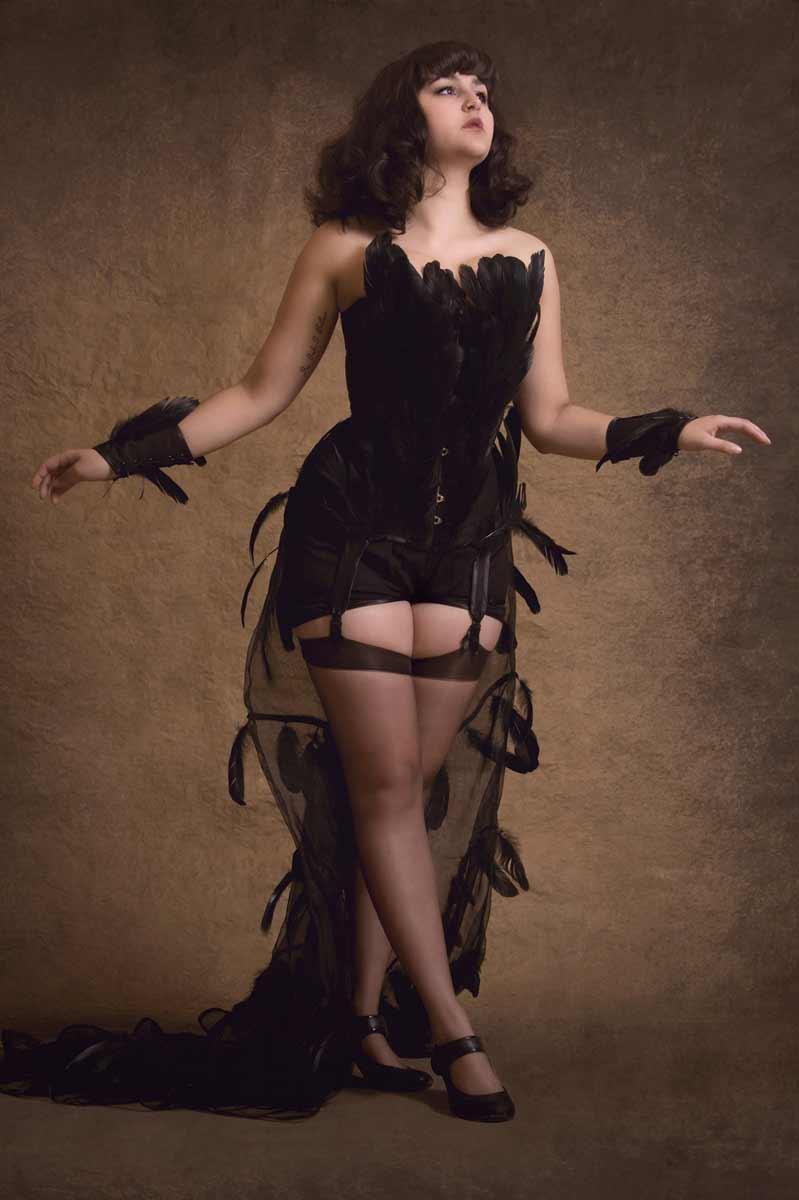 Portrait sexy de Jody, tout de noir vêtue © Kevin Amiel