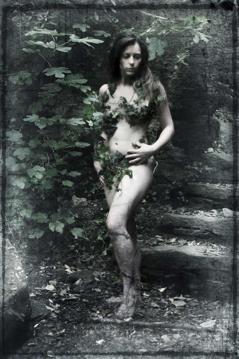 Une muse, habillée de lière, posant dans au milieu de la nature © Kevin Amiel