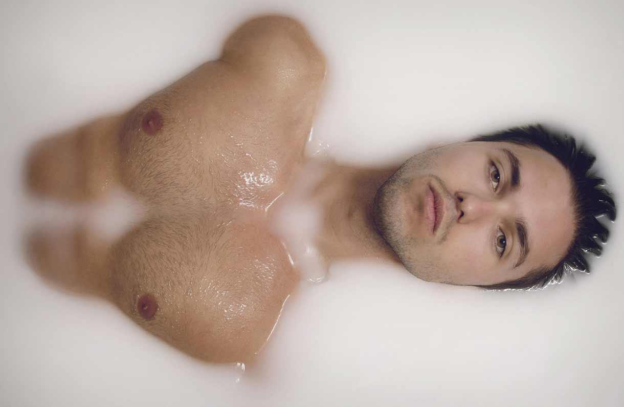 Portrait de Steve dans une baignore de lait © Kevin Amiel