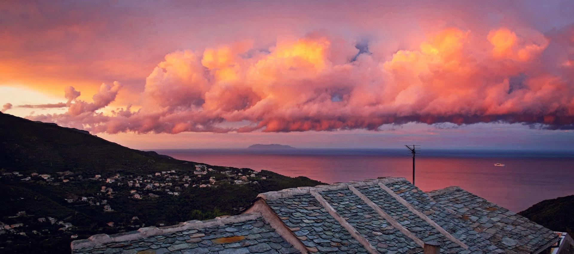 ciel coloré et nuageux au dessus de la mer, depuis les hauteurs de san martino en corse © Kevin Amiel