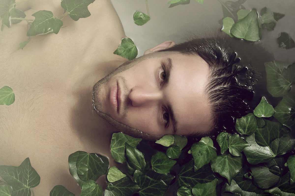 Portrait de Steve, dans l'eau, entouré de feuilles de lierre © Kevin Amiel