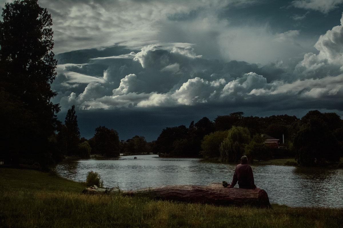 Les nuages se forment au dessus du lac Daumesnil dans le parc du bois de vincennes à Paris © Kevin Amiel