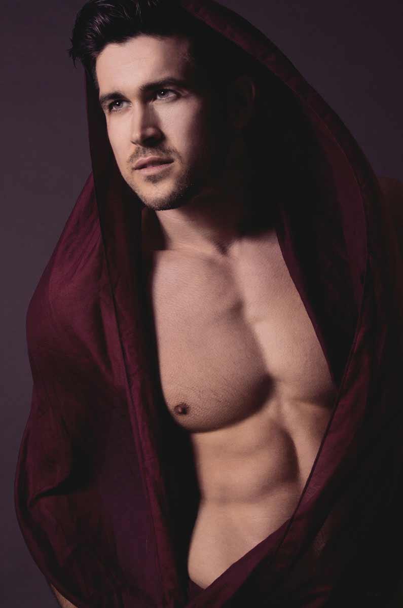 Portrait de Thomas Mora portant un foulard pourpre © Kevin Amiel